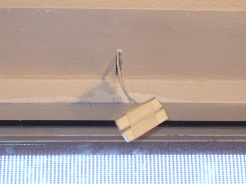Magnetic reed switch at window frame